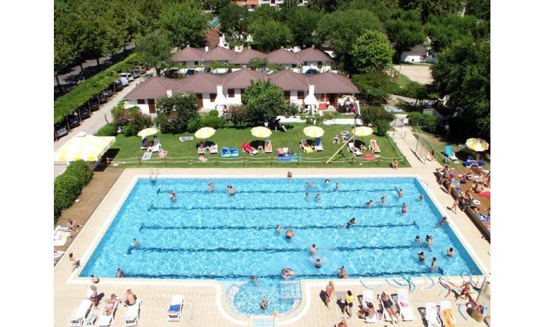aparthotel ALBATROS: piscina