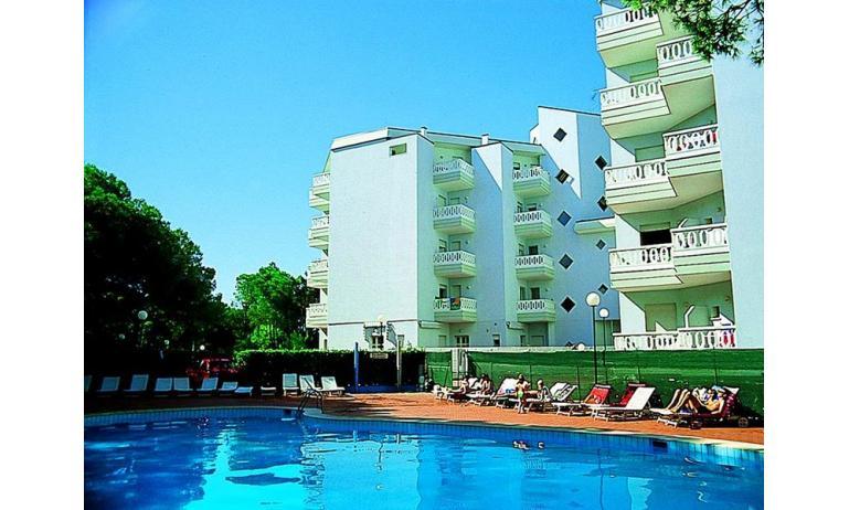 residence RUBIN: esterno con piscina