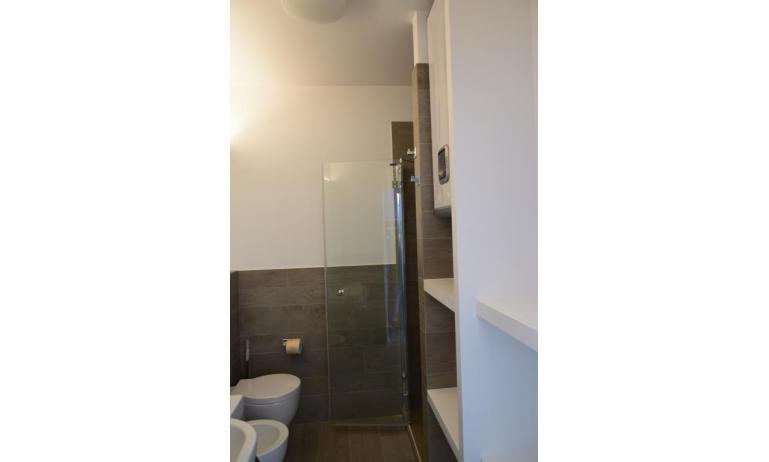 Ferienwohnungen LUNA: B5S - Badezimmer mit Duschkabine (Beispiel)