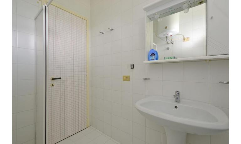 residence PARCO HEMINGWAY: B4 - bathroom with a shower enclosure (example)