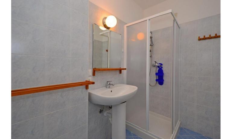 appartamenti INTERNATIONAL: B4 - bagno con box doccia (esempio)