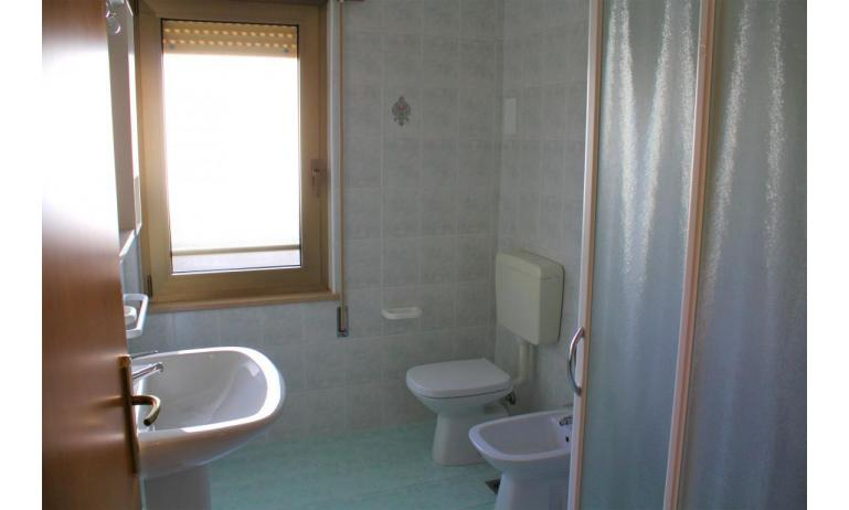 apartments VILLA NODARI: B4/1 - bathroom with a shower enclosure (example)