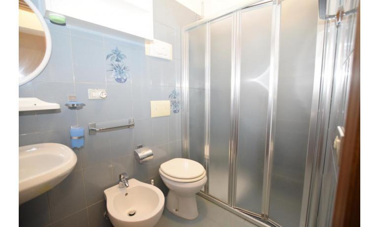 appartamenti VILLA FIORE CARINZIA: B4 - bagno con box doccia (esempio)