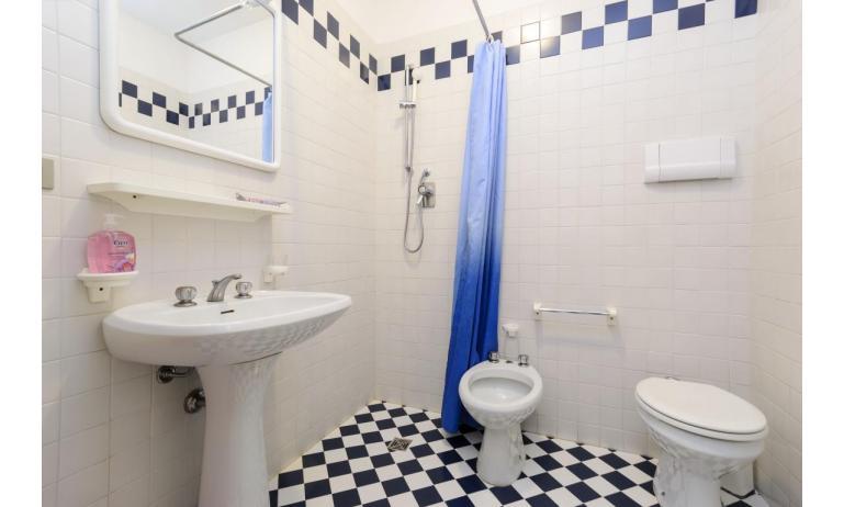 appartamenti SPIAGGIA: C5 - bagno con tenda (esempio)