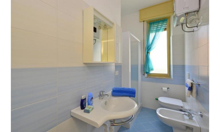 appartament JUPITER: B4 - salle de bain avec cabine de douche (exemple)